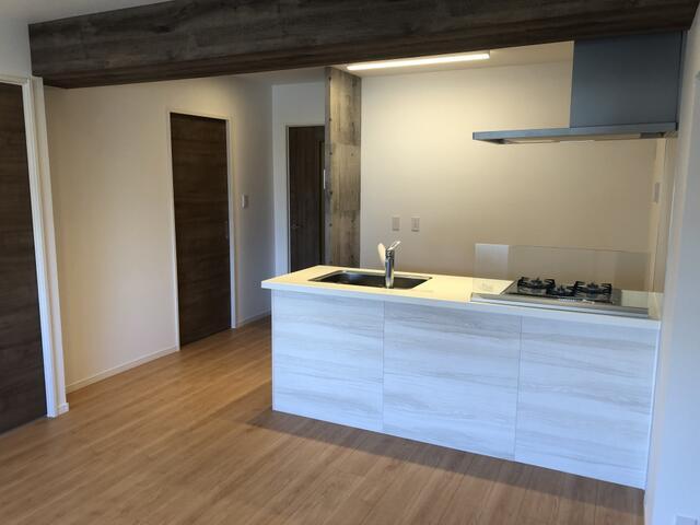 8月に全面リフォーム完成しました☆彡 開放感あるオープンなカウンターキッチンを置いたLDK。 ホワイトの壁とナチュラルなフローリングで、あたたかみのある空間に仕上がりました