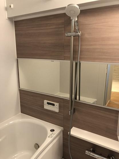 浴室換気乾燥暖房機能付きの浴室は、雨の日でも乾燥機能で洗濯物をカラっと乾かせます。追焚機能も付けました。