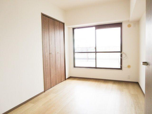 5.2帖の洋室。陽光ふりそそぐ明るい室内♪バルコニーからの明かりがたっぷり入ります