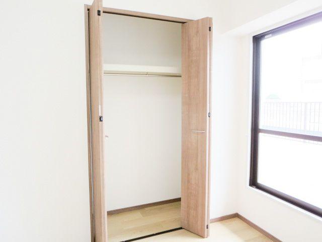 収納スペースがたっぷりあるので、部屋を広々と使えてストレスなく過ごせます