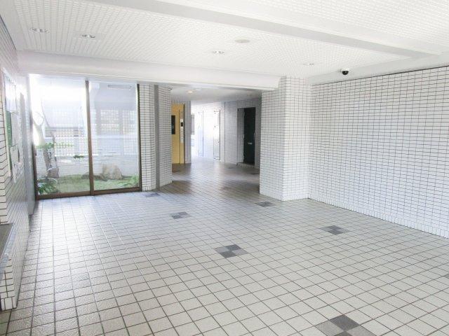 エントランスホールはすっきりと清潔な雰囲気を醸し出し、お住まいの方を心地よくお迎えます♪