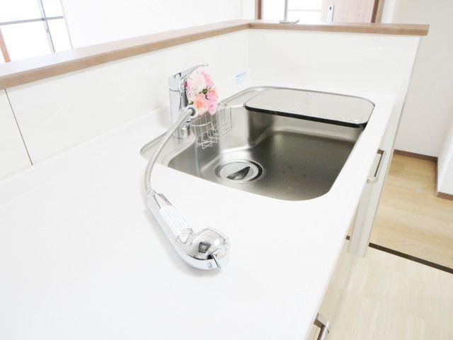 キッチン水栓は浄水器付きなので、いつでも安全なお水を手軽に使えます。 伸びるタイプのノズルはシンク周りのお掃除にとても便利なんです!