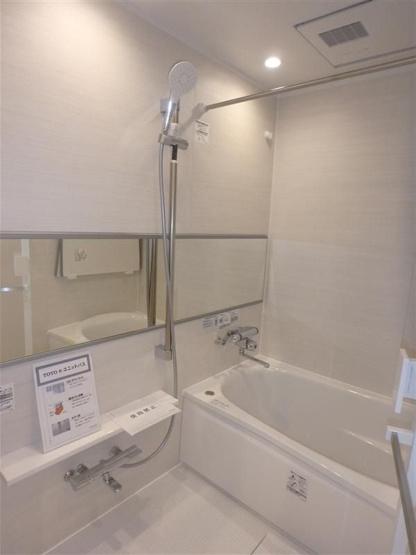 バスルームは白をチョイスして、広さが感じられる空間になりました。鏡を横のラインに配置することでも浴室を広く見せる効果があります。