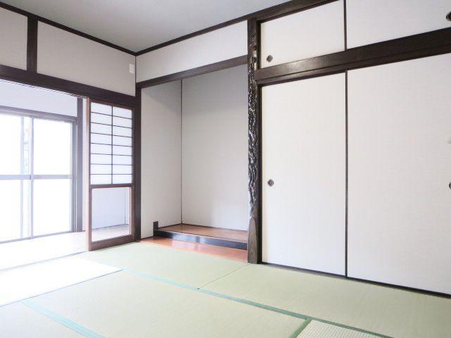 和室は床の間もある本格派。 くつろぎのスペースとしても、客間としても活躍しそう。 広々とした広縁もステキ**
