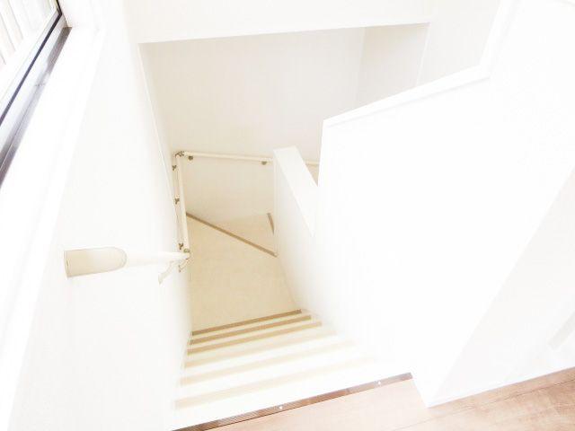 階段は補修を行い、塗装・手すりと滑り止めを新たに付けました。 安全面での配慮もバッチリです♪