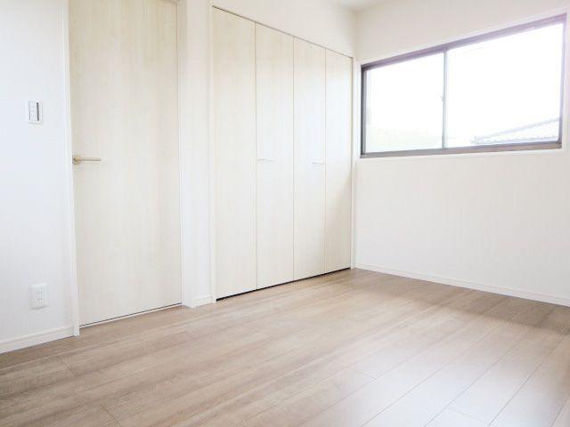 陽光ふりそそぐ明るい室内♪窓の多い洋室は採光・通風に優れた心地よい空間です