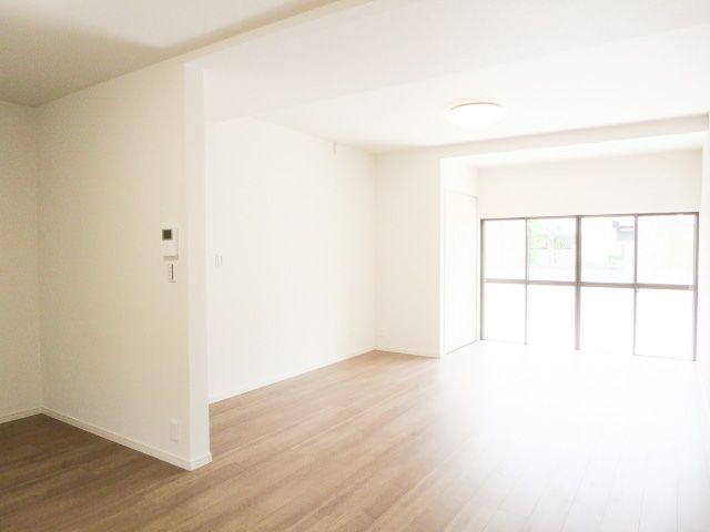 広いお部屋をお探しのファミリーにおススメ☆彡 居室3部屋+18帖のLDK+6帖の和室。 リビングを広縁まで拡張して明るくなりました