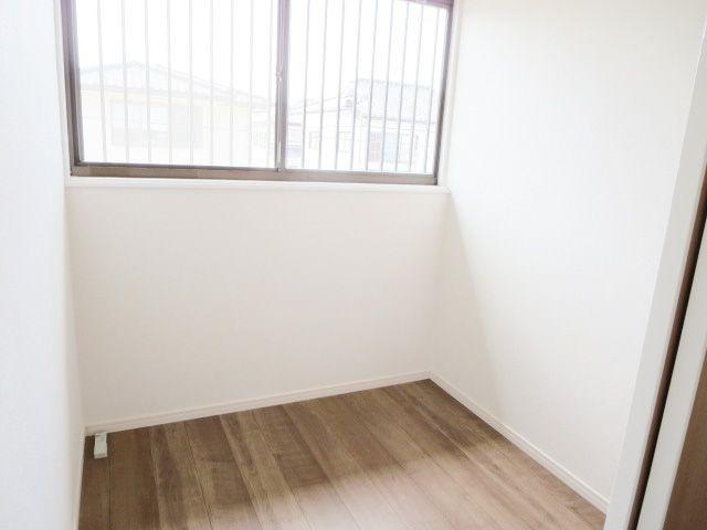 納戸。床・天井・壁クロスも張替え済みで気持ち良く使っていただけます
