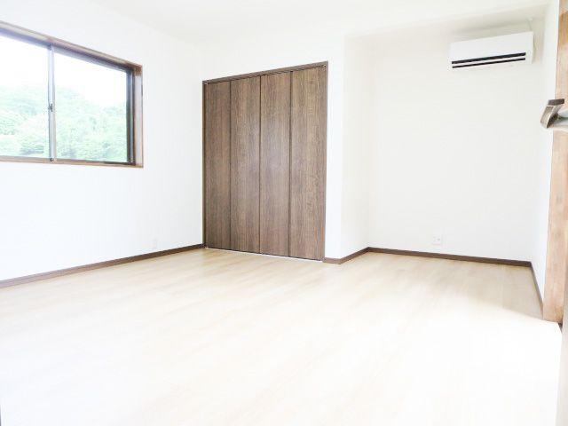1階9帖の洋室。エアコン設置済みなので、すぐに快適な生活を始めていただけます