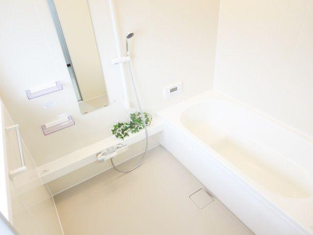 浴室も明るい空間です♪窓がついてるので換気もらくらく。換気がラクにできるとカビ臭くない浴室が維持できますね♪経済的な追い焚き機能付きです