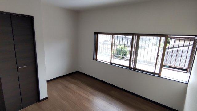 2階の洋室。出窓から明かりを多く取り込んでいます。 収納スペースも設けられているため、居住スペースは広くお使いいただけます
