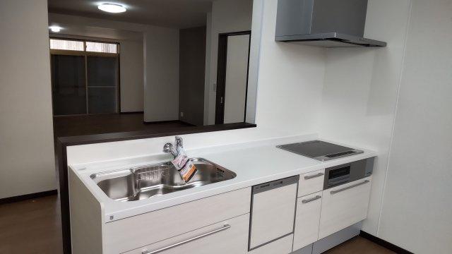 オール電化住宅なので、火を使わず安心安全♪お財布に優しいIHクッキングヒーターはお掃除も楽ちんです。 食洗機付きで後片付けも楽々♪