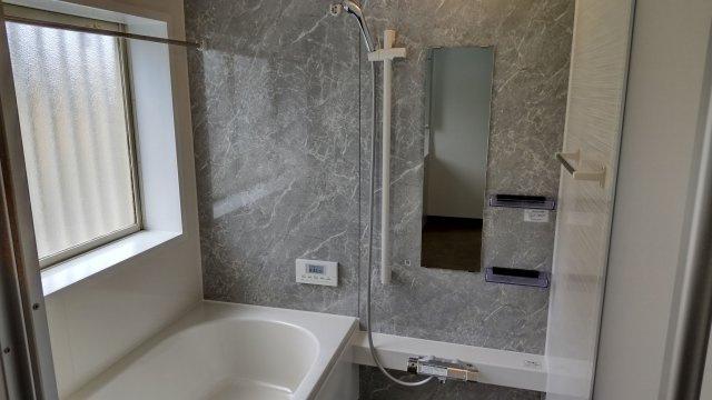 浴室も明るい空間です♪窓がついてるので換気もらくらく。換気がラクにできるとカビ臭くない浴室が維持できますね♪もちろん浴室乾燥機も搭載しております
