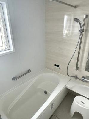 窓付き大型バスルーム 手すり付きで安心・安全です