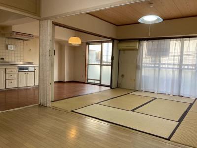 楽々園マンション リビングダイニング・キッチン・洋室・和室をつなげ広々とした空間