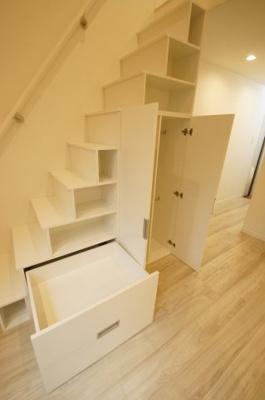 「階段下にも収納スペースがあります」
