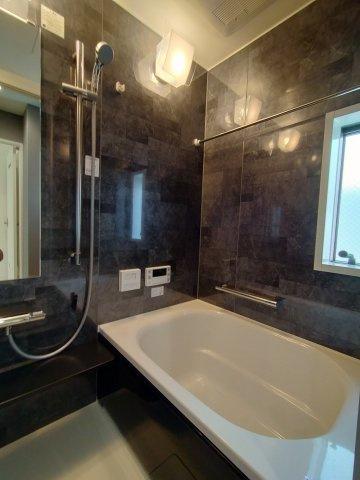 浴室の写真になります。ミストサウナ付浴室乾燥機完備です。お家にいながらサウナも楽しめるなんて魅力的ですね♪雨天時の洗濯も安心です。