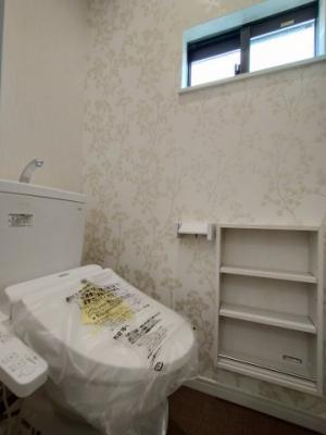 トイレです。 臭いや熱のこもりやすい場所なので、窓があると光も取り込め快適にお使いいただけますね♪