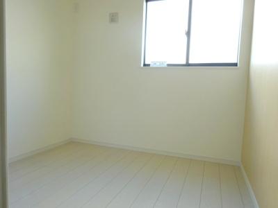 1階の洋室(3.6帖)になります。まどから採光と風通りのある、落ち着いたお部屋です。