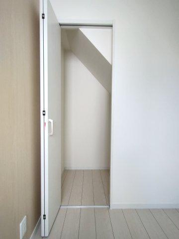 1階の洋室(3.6帖)の別角度になります。 階段下収納があり、普段使わないものを収納できてお部屋を広く使っていただけます。