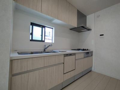 キッチン全体像です。換気しやすい窓、広い作業スペース、幅のあるシンクとお料理好きな方にも満足いただける自慢のキッチンです。