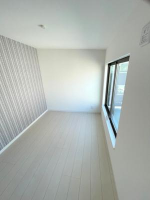 3階の洋室(4.3帖)です。 北向きですが、窓面積が広く前棟もないのでバルコニーからの採光がたっぷり入る明るいお部屋です。