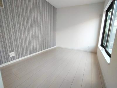 別角度からの3階洋室(4.3帖)の写真になります。 素敵な柄のアクセントクロスのお部屋です。