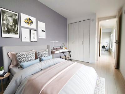 3階の洋室はバルコニーに面した明るい居室です。クローゼットもあり主寝室に良いですね。扉の向こうにはもう一つの洋室もあり、開放しておくと広がりが増します。※設置家具はイメージです。