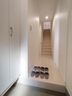 お客様を迎える玄関は綺麗に保ちたいですね。大容量の収納があるとスッキリ解決ですね♪