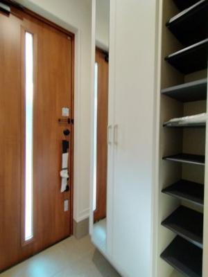 玄関のシューズボックスになります。仕切り板もたくさんあり、靴の整頓に便利ですね♪