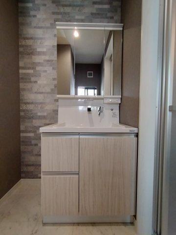 洗面台です。 洗面台はスクエアボウルタイプで、鏡が収納も兼ねており3面鏡にもなる優れものです♪
