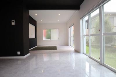 LDKの床は石目調のタイル張りです!色もデザインも高級感のある仕上がりです!