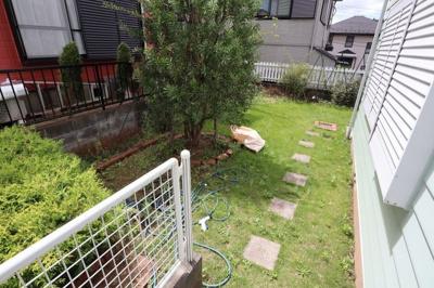 お庭です。L字型です。
