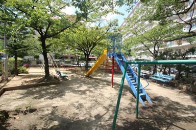マンションの敷地内にちょっとした遊具のある公園があります。お子様は勿論ですが緑やベンチもありますので住人の憩いの場にもなりそうですね♪