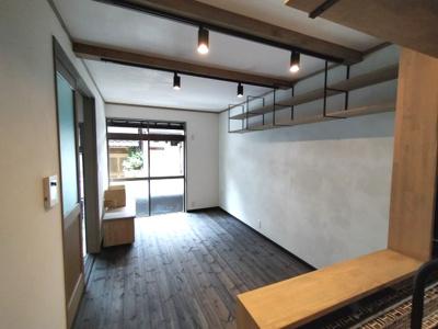 2階LDK :キッチンカウンターや棚がありまるで、カフェやバーの様なオシャレで素敵な内装となっております。照明もついています。