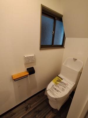 トイレは2階にございます。 新品のウォシュレット一体型トイレですので、気持ち良くご利用いただけます。窓があるのも嬉しいポイントですね♪