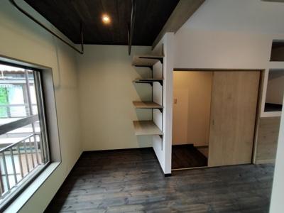 3階洋室:オシャレなアイアンオープン収納棚がたくさんありインテリアやコレクションなどで飾れば素敵なお部屋になりますね♪