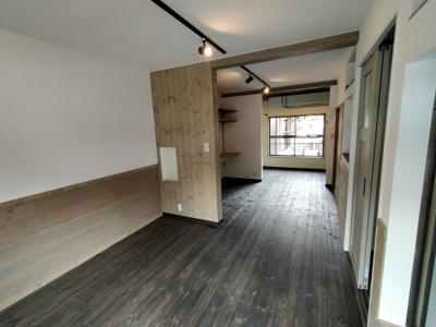 3階洋室:両面採光の入る明るく通風良好のお部屋です。 オシャレな内装ですので、事務所や店舗としてもお使いいただけますね♪