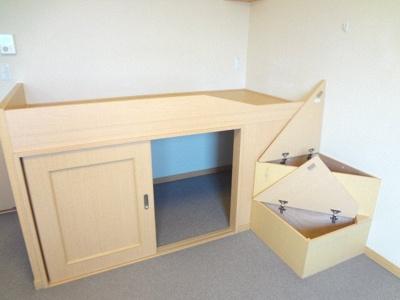 ベッド下が収納スペースです。