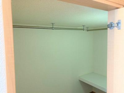 ベッド下はハンガーパイプ付の収納スペース