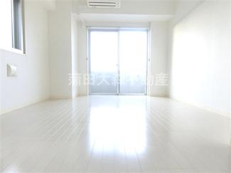 居間・洋室 ホワイトカラーのフローリングは明るく清潔感がありカーテンや家具などとの相性も良く使いやすくオシャレです!