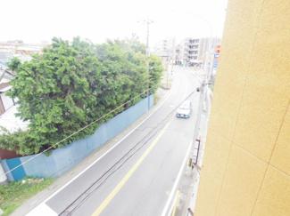 バルコニーからの眺めです。バルコニーから見下ろす道路はバス通りとなっています。