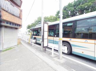 マンションの目の前が朝霞方面のバス停となっています。ひばりヶ丘駅までは徒歩14分で行けます。