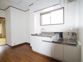 白を基調としたキッチン。大きな窓も付いていますので手元は明るく、換気性も良好です。