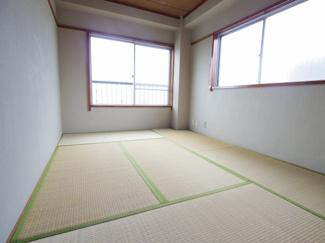 北側の和室ですが、2面採光により明るいお部屋となっています。6帖あります。