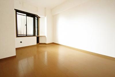 《洋室約6帖その1》6帖サイズのゆったり室内です。