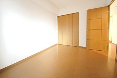 《洋室約6帖その1》どのお部屋にも収納があり、片付けが楽ちん♪