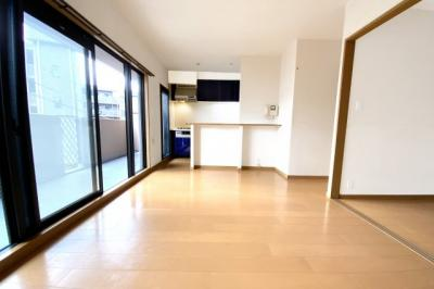 大きな掃き出し窓で明るい室内です(●^o^●)南側バルコニーで快適な暮らしです。