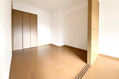 LDKの続きに洋室約4.5帖があり、扉を開放すれば約16.9帖のスペースに。洋室にはクローゼットも完備されています。