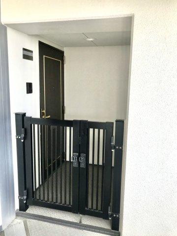 玄関にはプライバシーが守られるポーチが付いています